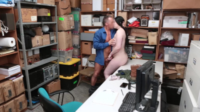 Tattooed shoplifter Amilia Onyx does whatever possible to avoid jail