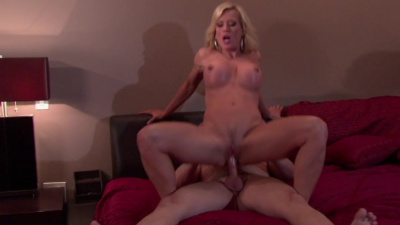 Housewife Amber Lynn gives dude the best sex of his life