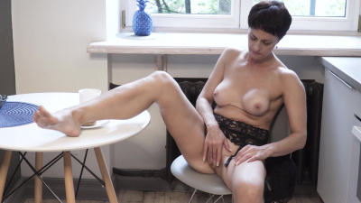 Fit mommy Daryna makes herself cum